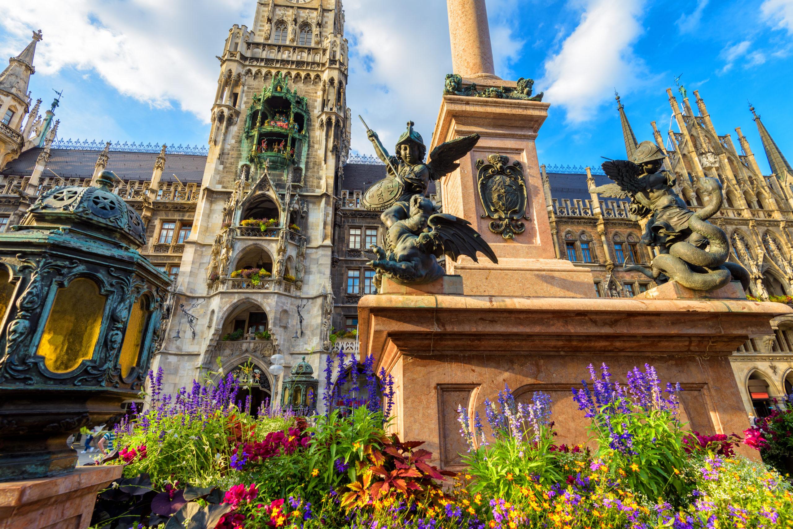 ein schönes Bild von dem Marienplatz im Sommer in München