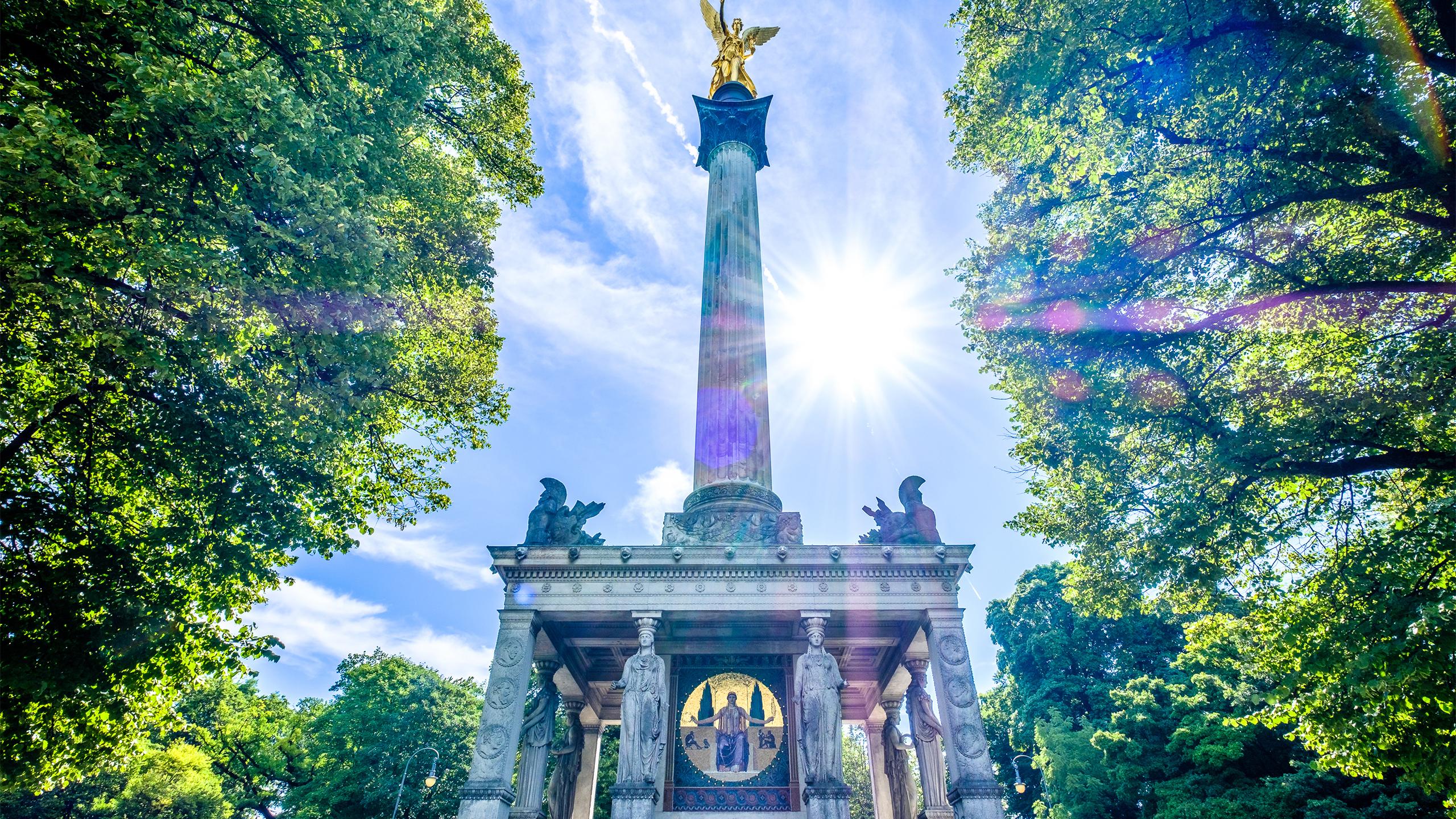 Der berühmte Friedensengel in München aus Froschperspektive